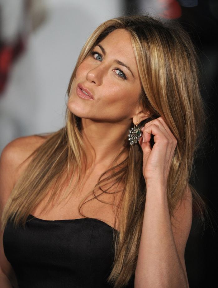 blond foncé doré, Jennifer Aniston, robe noire avec bustier, vernis à ongles nude, cheveux longs technique brushing