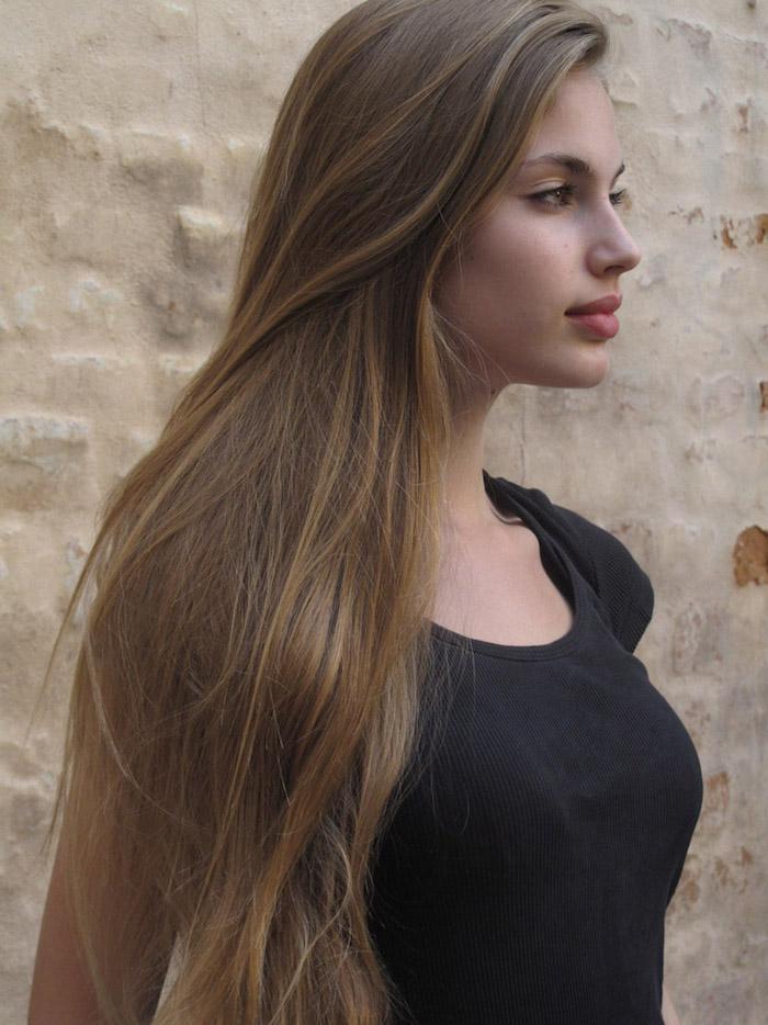 blond foncé cendré, jeune fille au t-shirt noir, maquillage lèvres rouges et ombres paupières dorées, cheveux longs et raids
