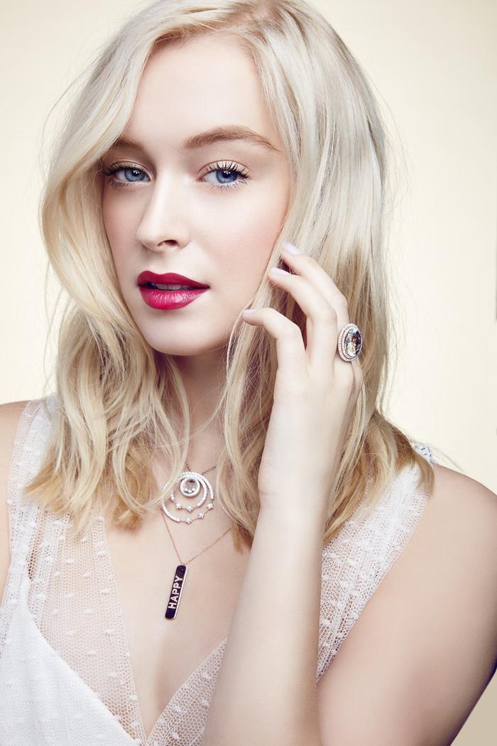 un maquillage mariée qui joue sur le contraste sublime entre une couleur blond platine sublime et une bouche teintée de couleur baie intense