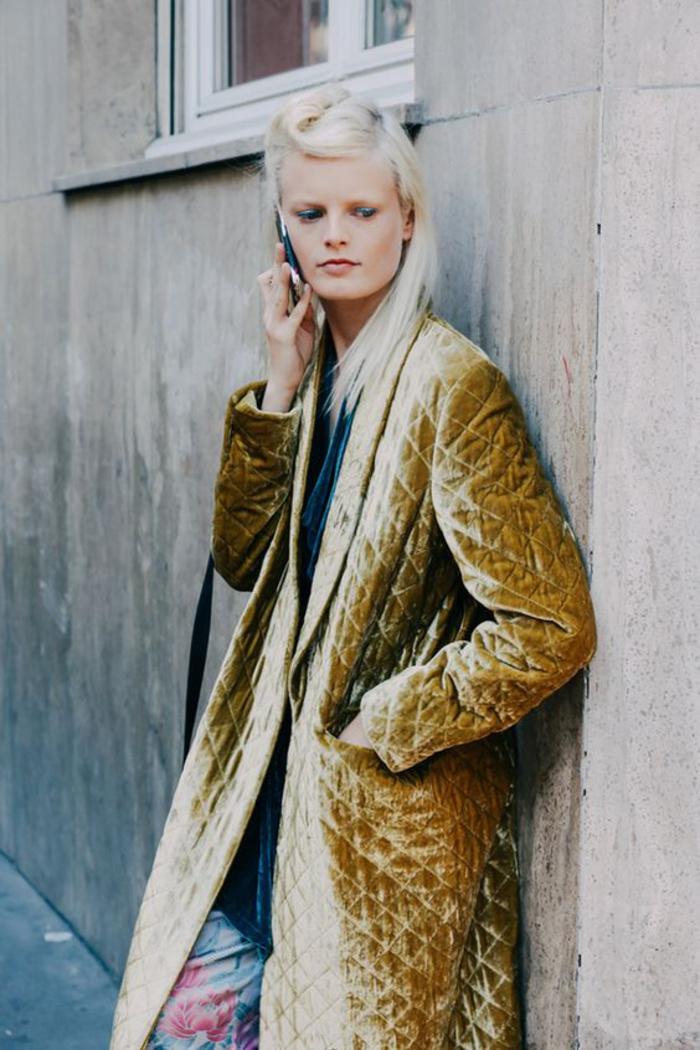 des cheveux lisses blond polaire avec une mèche torsadée inspirée de la coiffure vintage de style pin up