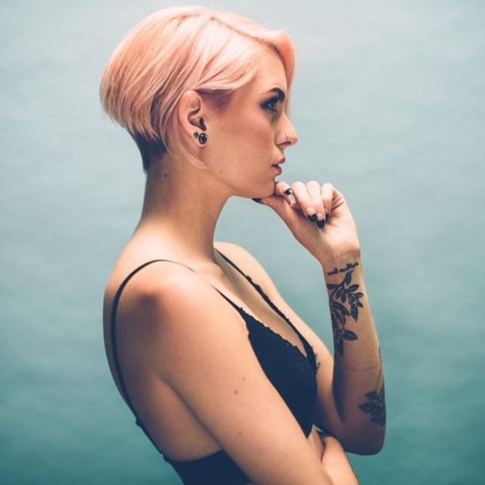 coupe de cheveux court femme, idée de carré plongeant, court de derriere, long de devant, cheveux couleur rose gold