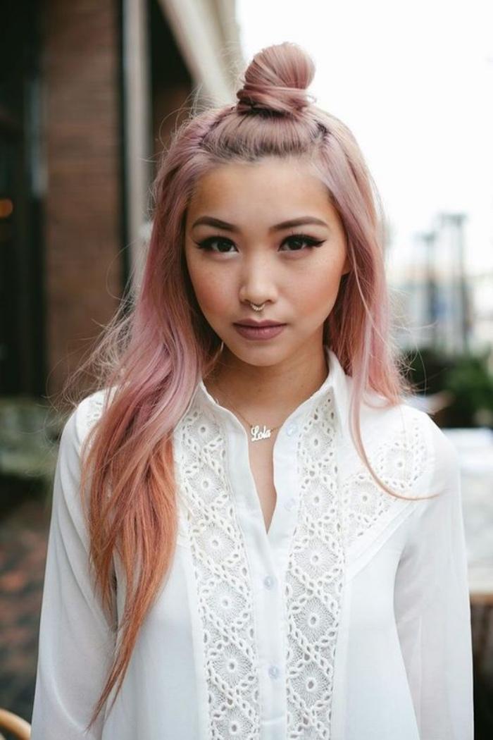 demi chignon haut et cheveux lâchés, idée de coiffure facile femme, coloration rose gold, femme traits asiatiques