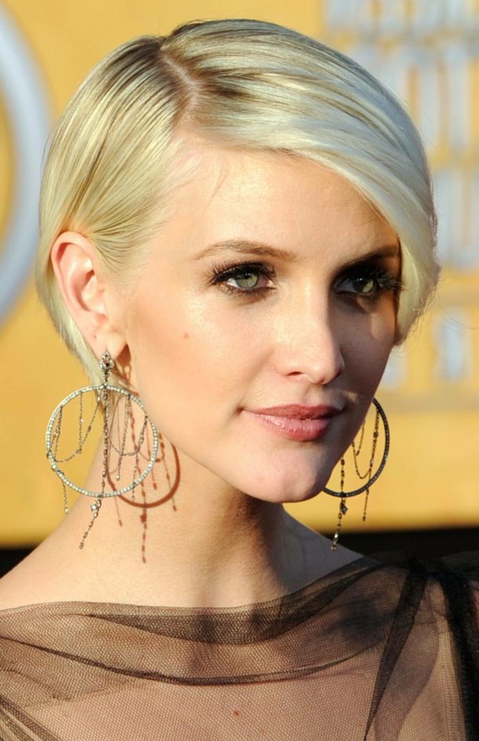 cheveux court blond, cheveux lisses frange de côté, boucles d'oreille originales