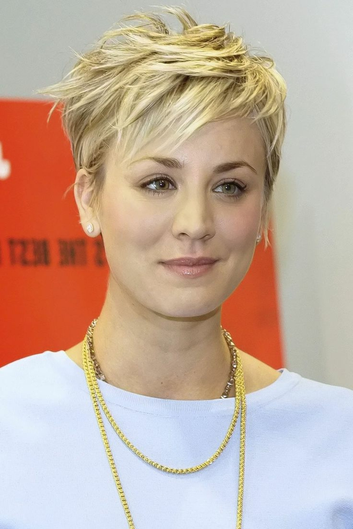 cheveux court blond, colliers chaîne, coiffure stylée cheveux blonds, maquillage simple