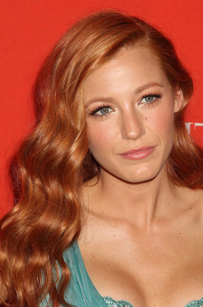 couleur cheveux cuivré, Blake Lively, célébrité aux cheveux orange, coiffure avec boucles longs, robe en turquoise