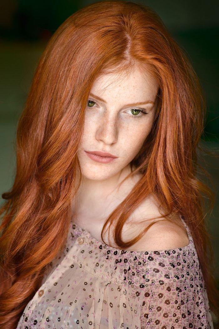 couleur rousse, cheveux bouclés et longs, blouse transparente à motifs floraux, visage féminin avec tâches de rousseur