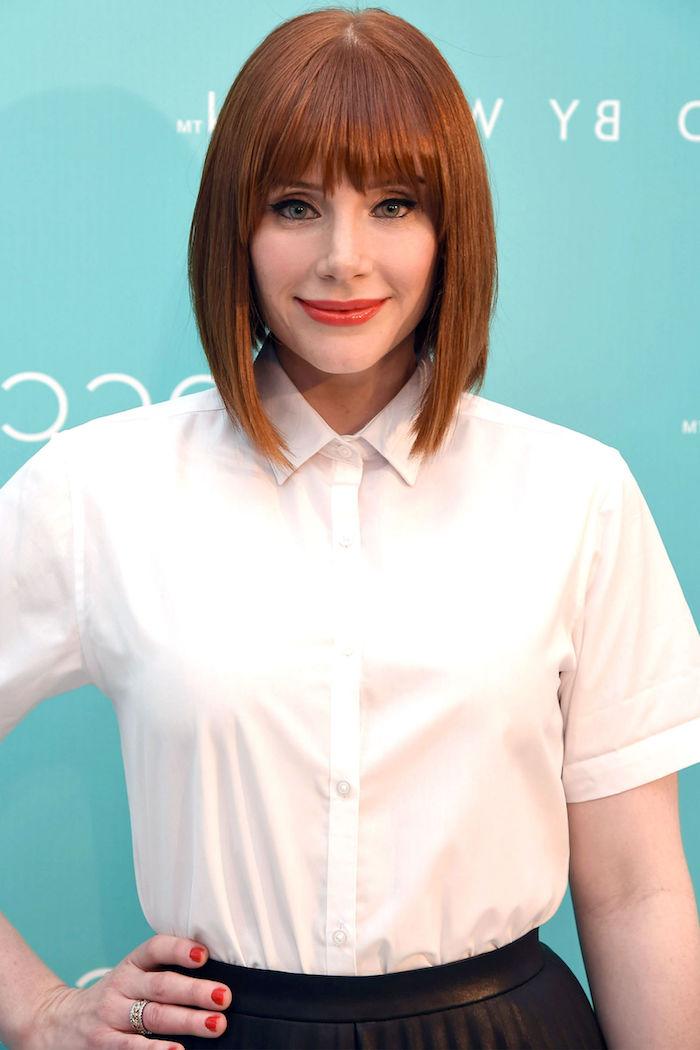 couleur cheveux cuivré, coupe carré courte avec frange, yeux verts et lèvres orange, chemise blanche pour femme