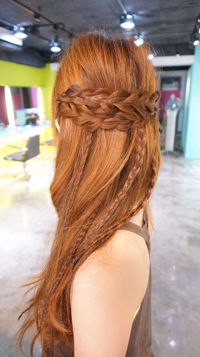 chatain cuivré, visite salon coiffeur, coiffure avec tresse, coloration cheveux orange, femme aux cheveux longs, débardeur marron