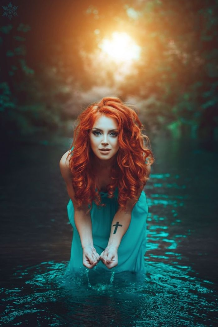 couleur de cheveux rouge, coucher de soleil, robe longue avec bretelles en bleu marine, tatouage sur main pour femme
