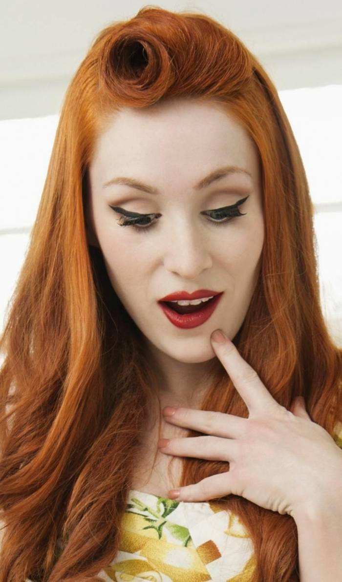 coiffure rétro chic avec une mèche torsadée en frange, maquillage rétro à l'eye liner élégant