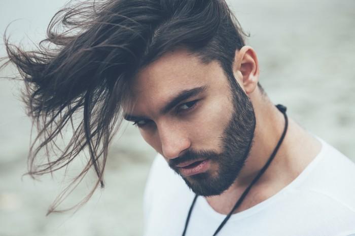 coupe de cheveux homme, couleur de cheveux noirs, collier avec corde noire pour homme, t-shirt blanc homme