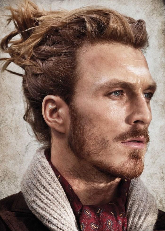 modele de coiffure, manteau noir avec écharpe grise en crochet, coiffure cheveux attachés pour homme