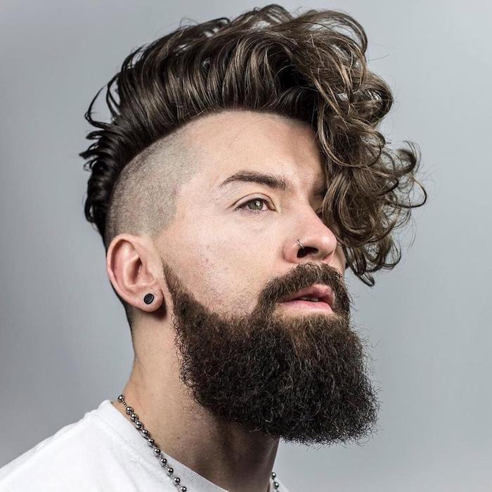 coupe de cheveux homme tendance, t-shirt blanc homme, collier en perles métalliques pour homme, cheveux ondulés homme