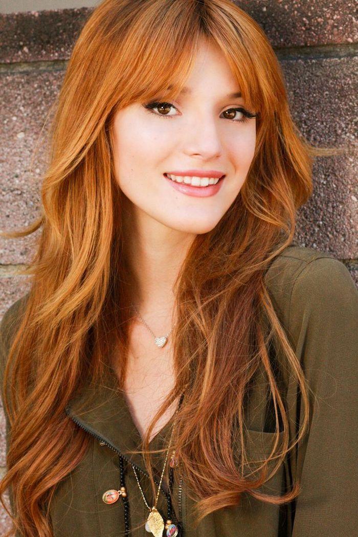 couleur rousse, collier coeur en argent, femme aux cheveux longs avec frange, yeux marron avec eye-liner noir, blond cuivré