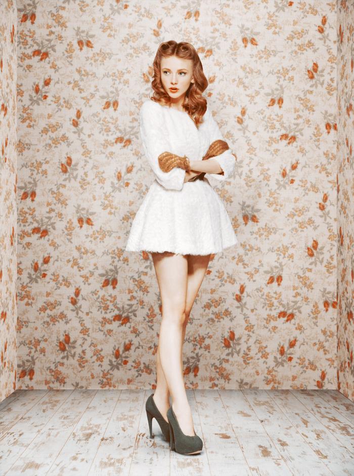 la sublime coiffure années 50 revisitée, coiffure de style pin up sublimée par des cheveux blond vénitien