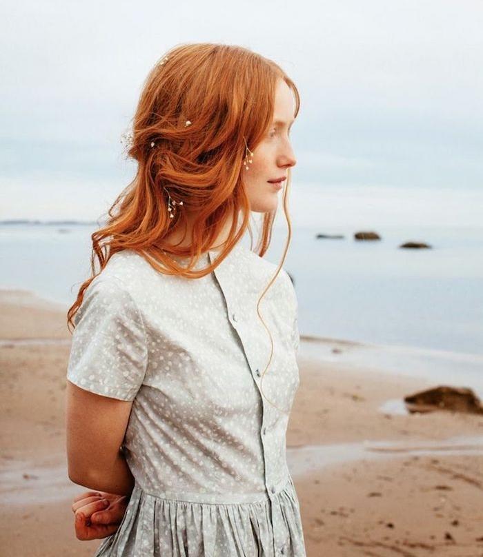 roux auburn, plage et mer, coupe de cheveux longs, coloration orange, coiffure cheveux mi-attachés avec des fleurs