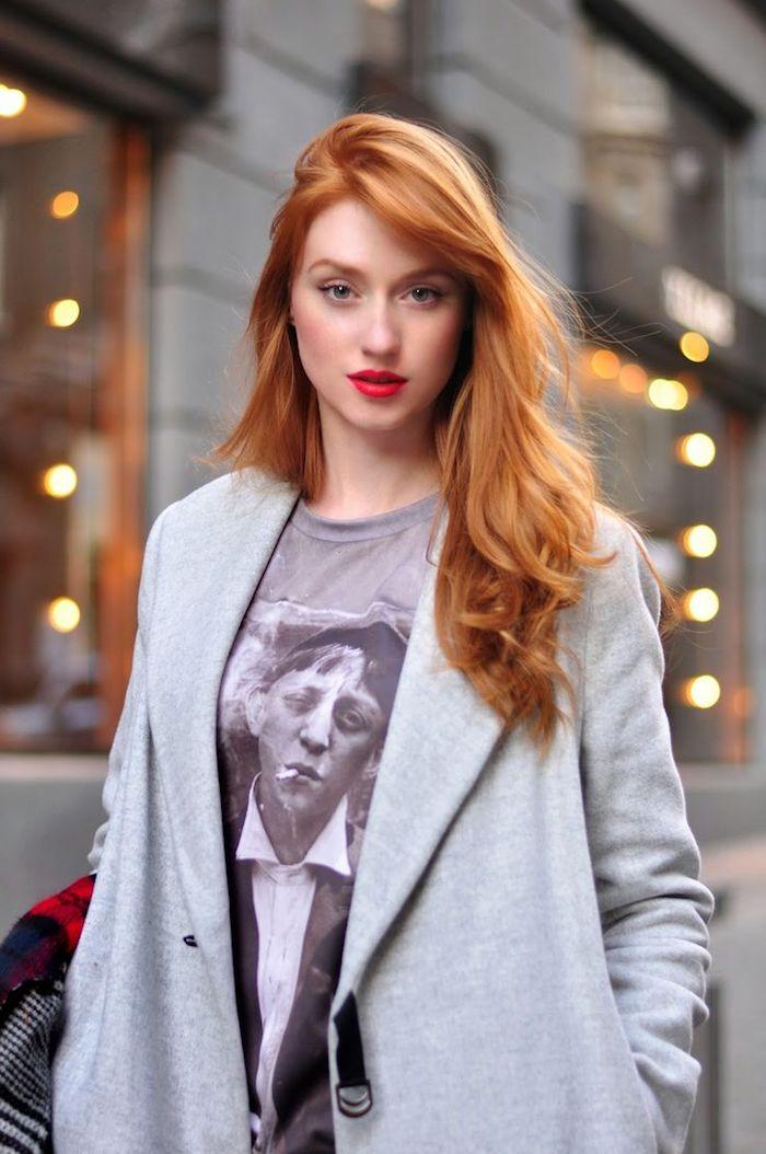 couleur rousse, maquillage avec lèvres rouges, cheveux longs bouclés, blazer gris et t-shirt avec art print