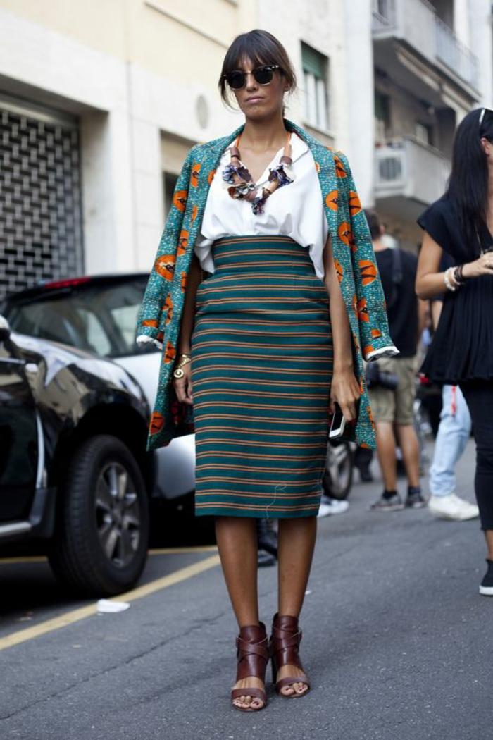 manteau bleu style chic ethnique avec prints jaunes style africain,chemise blanche et gros collier
