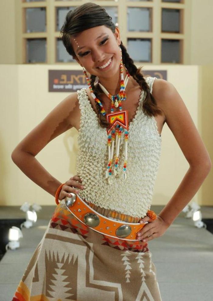 chic ethnique, jupe ethnique, maillot de corps original en blanc, bijoux style ethnique