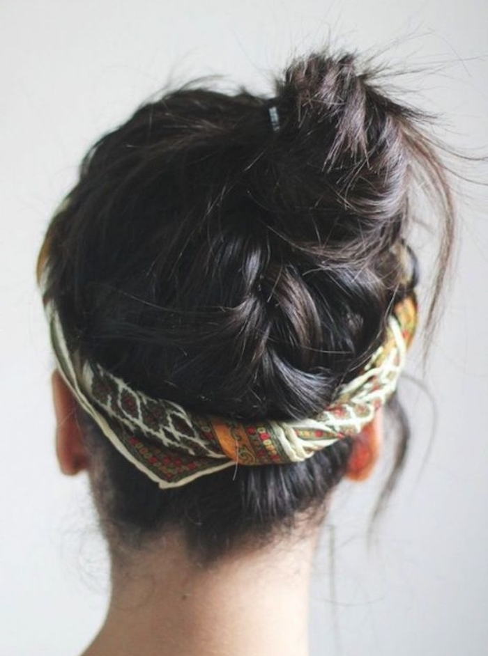 chignon décoiffé avec tresse de derrière, idée de coiffure femme parée d un bandeau de tête, mèches rebelles