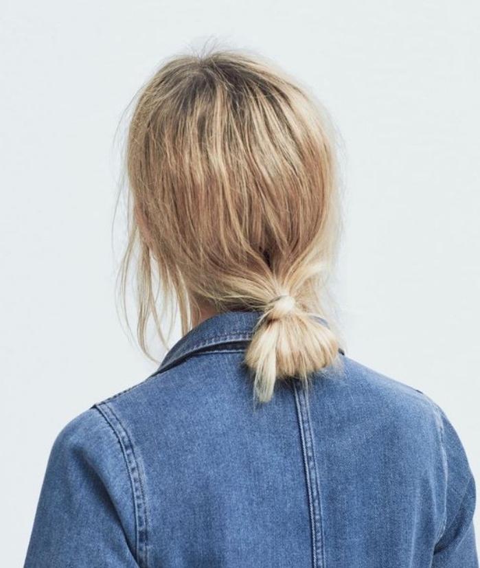 idée de chignon bas décoiffé, mèches rebelles de devant, modele de coiffure sur des cheveux mi long blond