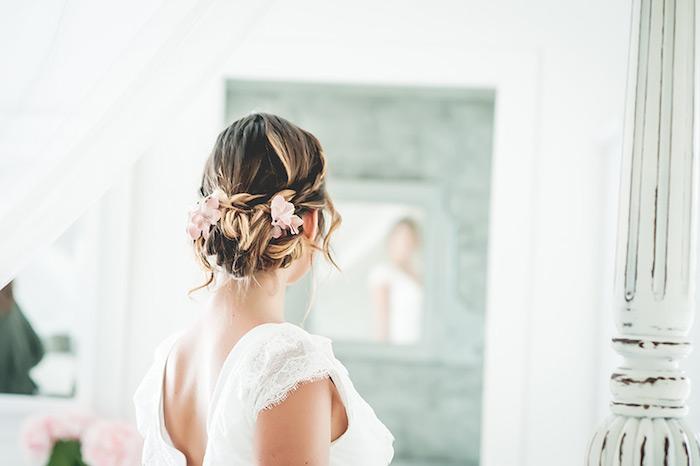 coiffure mariée, préparation mariage, grand miroir, voiles blanches, robe de mariée avec manches courtes en dentelle