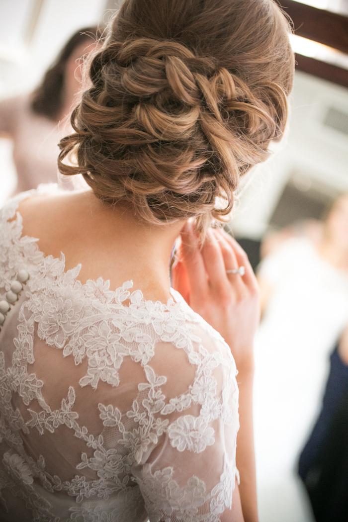 coiffure marriage, couleur de cheveux brun avec mèches blondes, bague femme, coiffure avec tresse