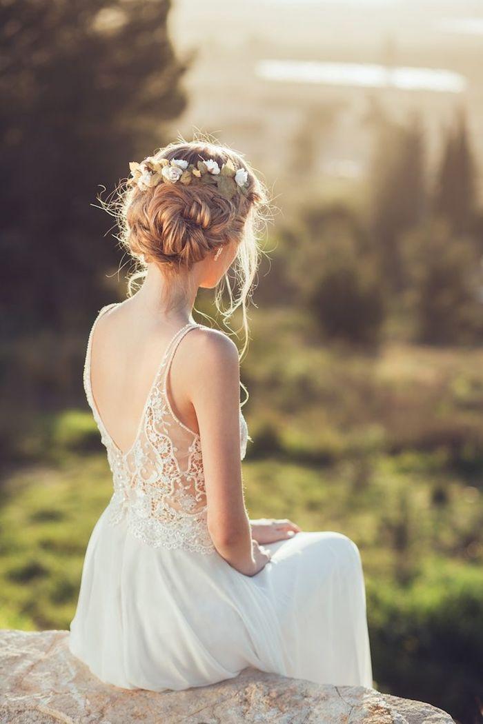 coiffure mariage facile, diadème en fleurs fraîches, couleur de cheveux blond, manucure blanche