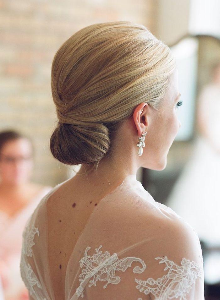 coiffure mariée, boucles d'oreilles en perles, chignon simple, cheveux blonds