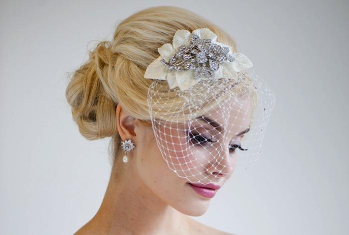 coiffure mariage cheveux mi long, couleur de cheveux blonde, boucles d'oreille avec perle