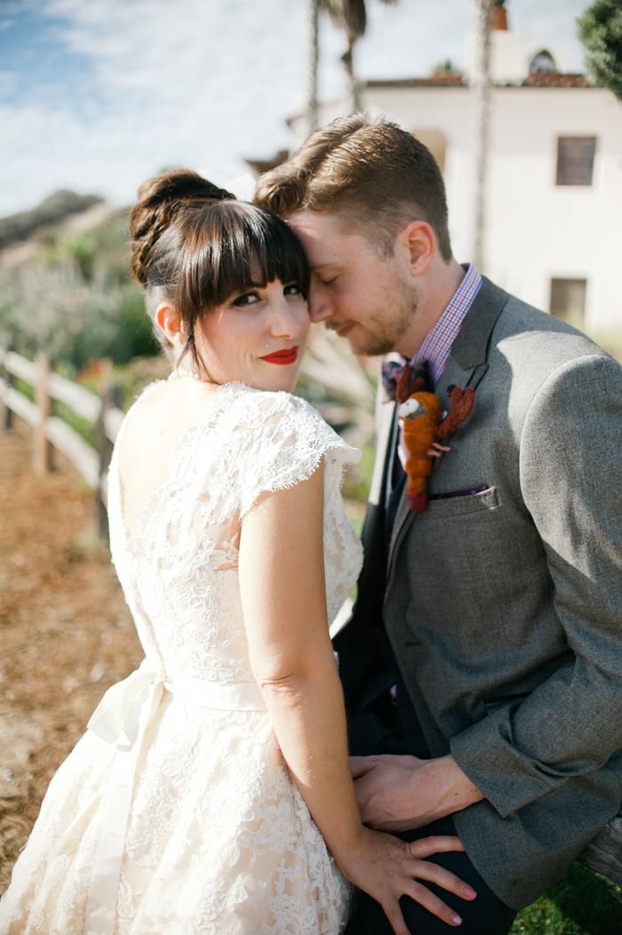 un maquillage de mariée à la hollywoodienne avec un rouge à lèvre rouge mat et un regard souligne