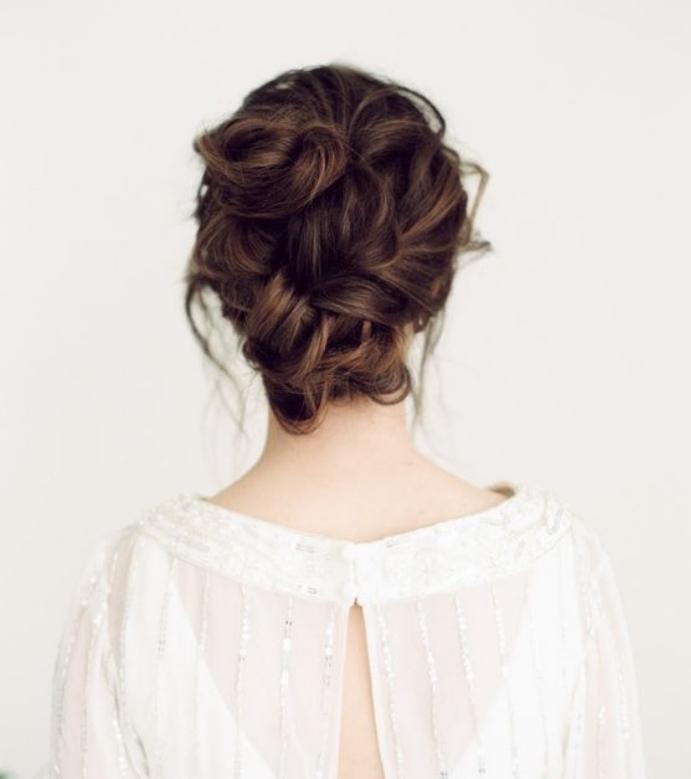 modele de chignon flou réalisé sur des cheveux chatain, coiffure femme élégante et féminine réalisé à partir une tresse