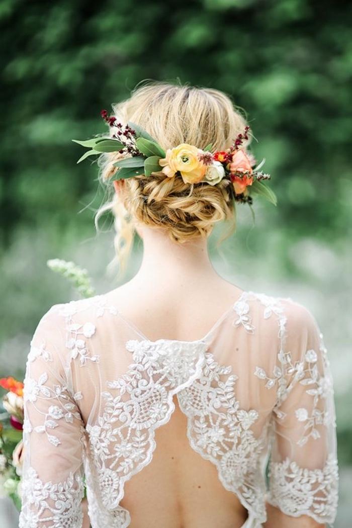 idée comment réaliser un chignon flou, paré d une couronne de fleurs fraiches, robe de mariée dentelle blanche, mariage champetre chic