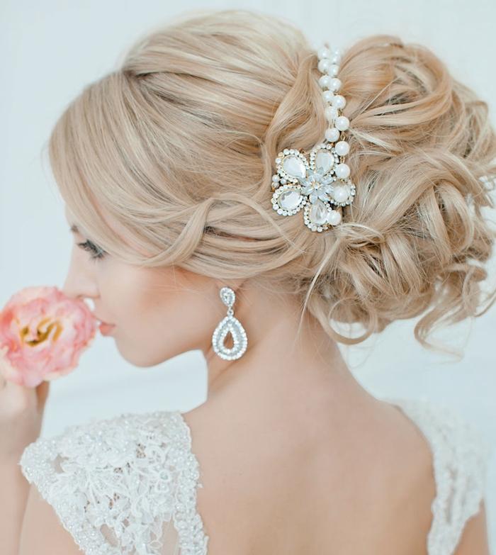 coiffure mariée, couleur de cheveux blonds, bijoux cheveux marriage, cheveux attachés