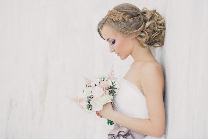 coiffure mariage cheveux long, couleur de cheveux blond, bouquet de mariée, ruban violet