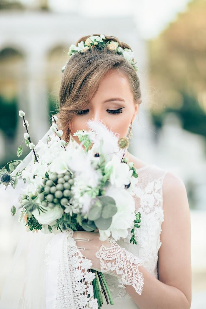 modele de coiffure, gants blancs en dentelle, diadème en petites roses orange et blanc, eye-liner noir