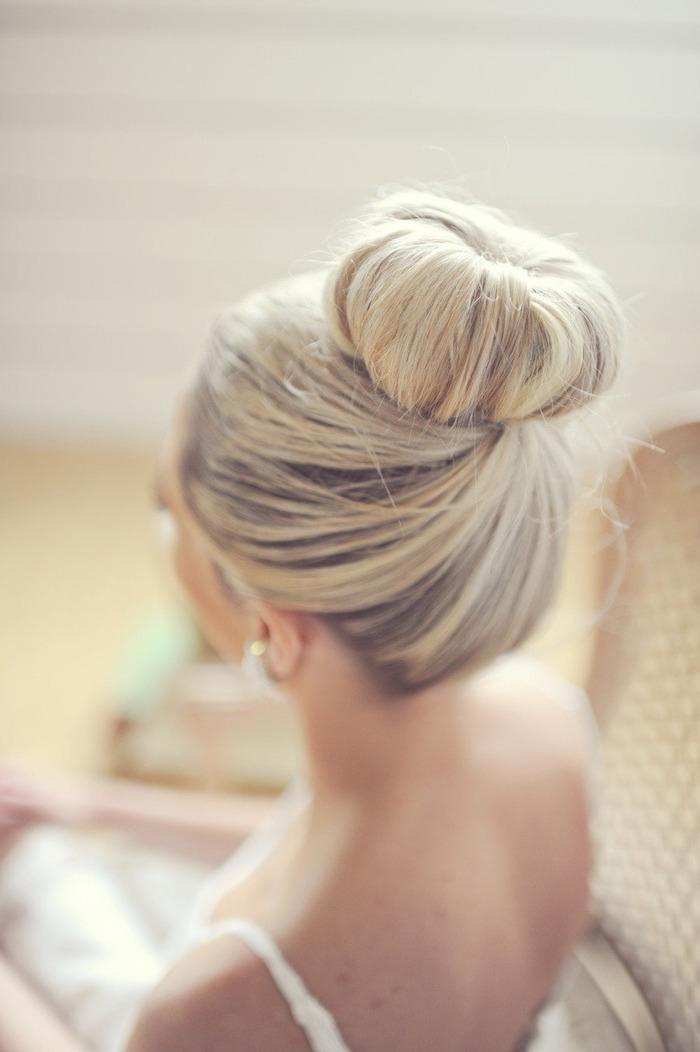 coiffure marriage, couleur de cheveux blond, chignon haut, coiffure mariage cheveux mi long