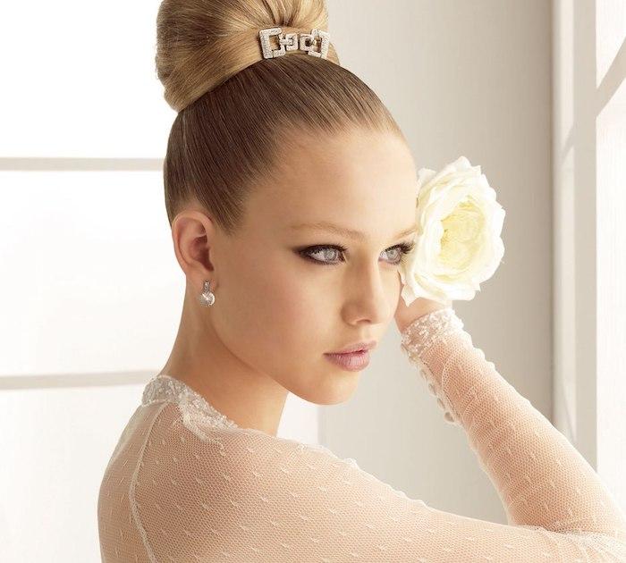 bijoux cheveux marriage, chignon haut, eye-liner noir, cheveux blond foncé, rose blanche
