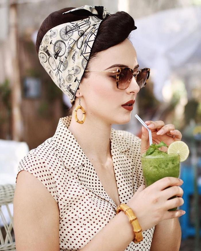 une coiffure rockabilly originale avec bandana à imprimé vélos, des bijoux originaux en bambou