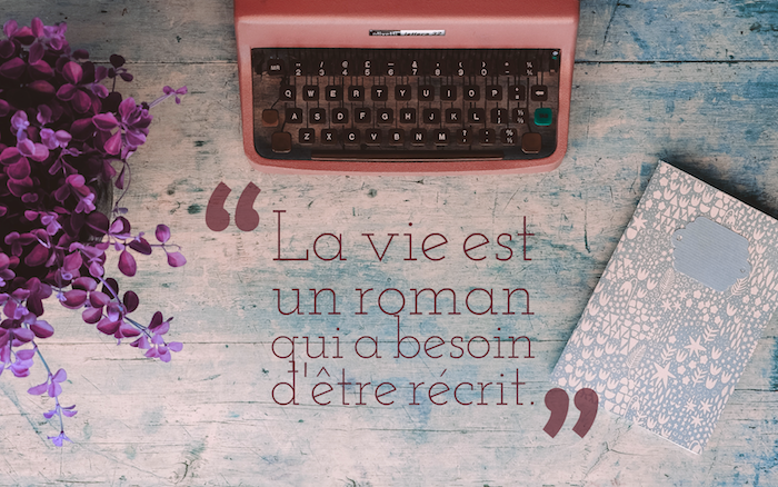 phrase philosophique sur la vie, arrangement bureau de travail, bouquet de fleurs violettes avec carnet gris et rose pastel
