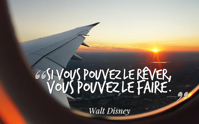 proverbes et citations, photo du ciel, coucher de soleil et avion, phrase inspirante Walt Disney