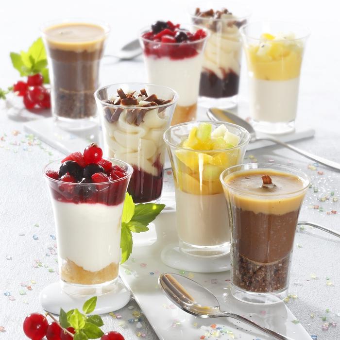 un assortiment de verrines fins gourmet pour un apéro dinatoire plein de douceur, dessert en verre crémeux et léger, verrines à base de tiramisu ou de crème à la vanille