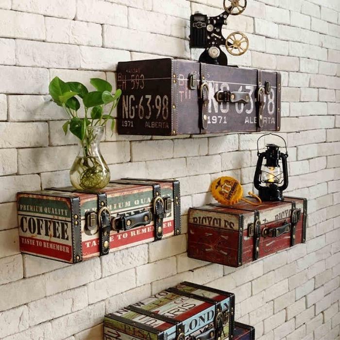 idée rangement mural, des malles vintage transformées en etagere murale sur un mur en briques, idée décoration retro