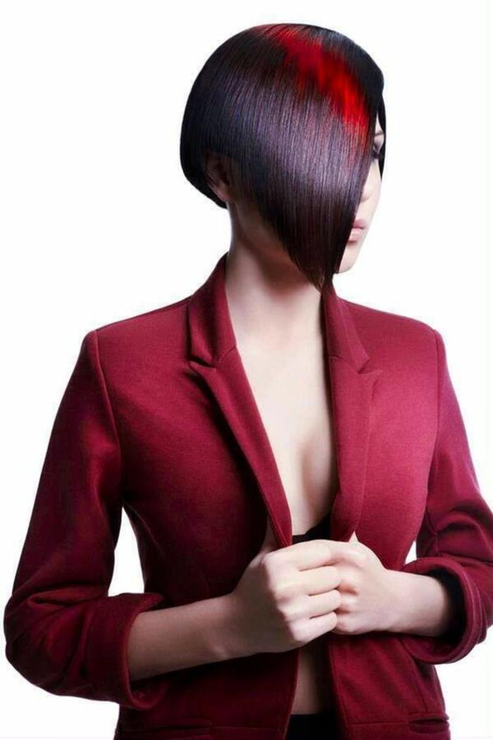 coupe asymétrique carré stylé avec des mèches en rouge et noir coupe courte