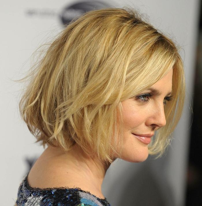 cheveux court blond, coiffure carré messy mi-long, maquillage-simple