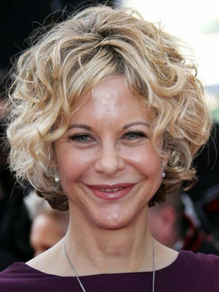 coiffure courte pour femme, Meg Ryen avec une coiffure courte bouclée