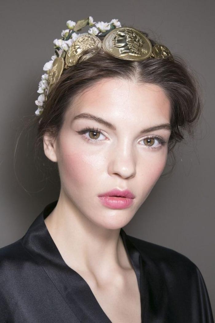 une coiffure romantique portée avec un accessoire stylé, maquillage mariage qui mise sur le teint frais effet bonne mine