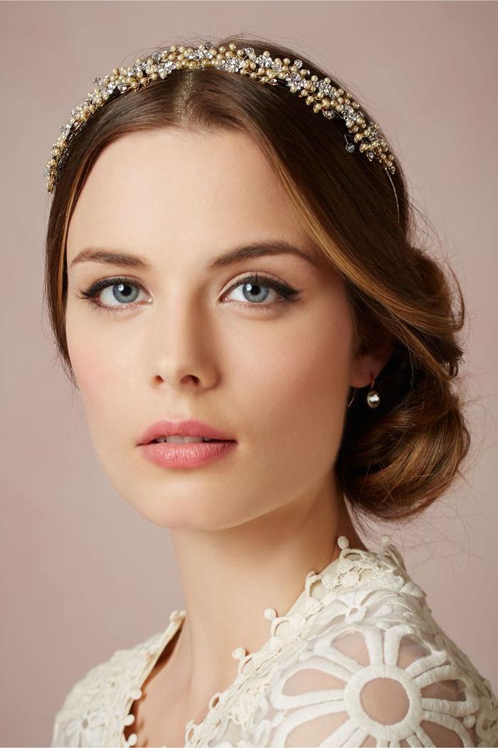 le bijou de cheveux et la coiffure romantique rehausse le maquillage mariage naturel