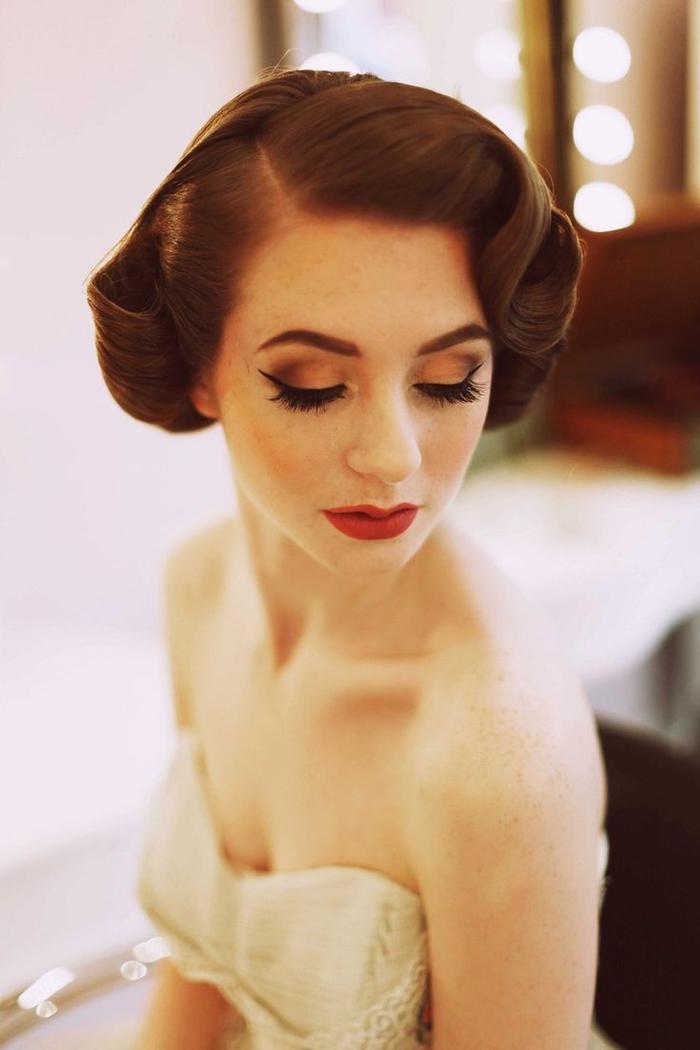 une coiffure des années 50 idéale pour un look de mariée vintage élégant