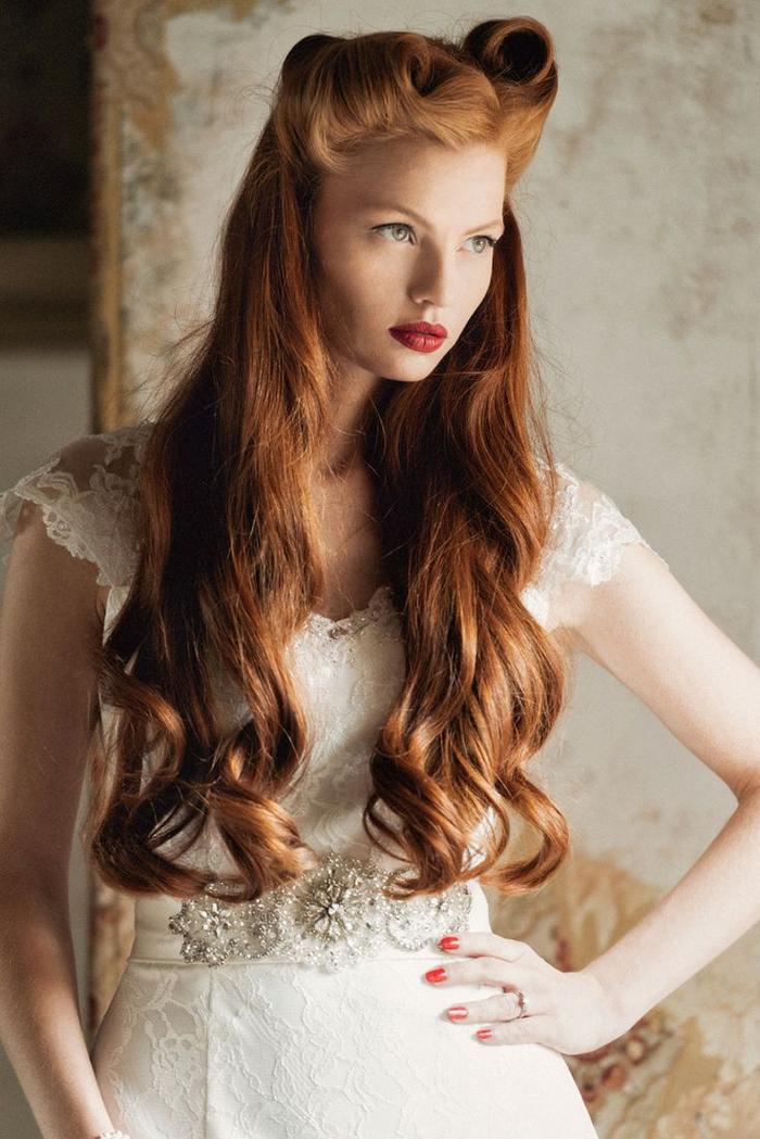 une coiffure vintage inspirée de style pin up et ses fameux victory rolls, longs cheveux couleur roux cuivré